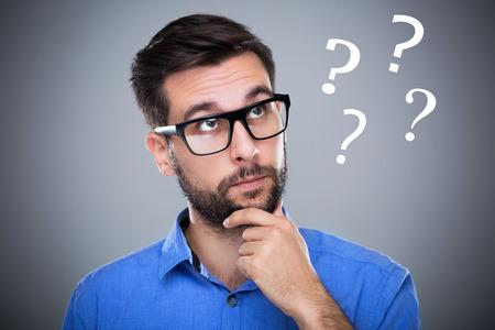 Photo pour Man thinking with question marks - image libre de droit