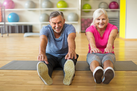 Foto de Mature couple doing fitness exercises - Imagen libre de derechos