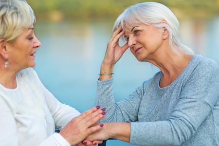 Foto de Senior Woman Consoling Her Friend - Imagen libre de derechos