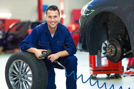 Foto de Car mechanic changing tires - Imagen libre de derechos