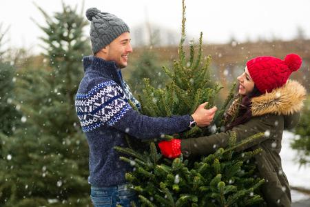 Foto de Couple buying Christmas tree - Imagen libre de derechos