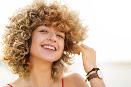 Foto de Portrait of young woman with curly hair - Imagen libre de derechos