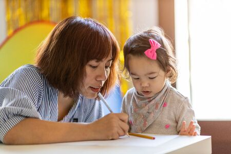Photo pour Mother and daughter drawing together - image libre de droit