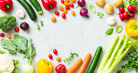Foto de Kitchen - fresh colorful organic vegetables captured from above (top view, flat lay). Grey stone worktop as background. Layout with free text (copy) space. - Imagen libre de derechos