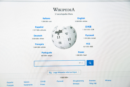 Foto de Milan, Italy - February 27, 2017: Wikipedia website on laptop screen. Wikipedia.org logo - Imagen libre de derechos