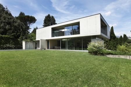 Photo pour modern house and beauty garden - image libre de droit