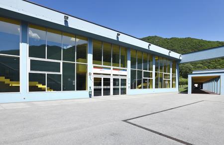 Foto de public school, building from the outside - Imagen libre de derechos