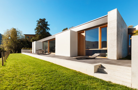 Photo pour beautiful modern house in cement, view from the garden - image libre de droit