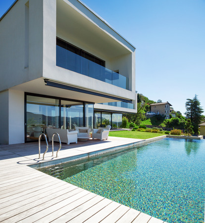 Photo pour Modern house with pool in exterior - image libre de droit