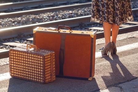 Photo pour Details of woman waiting at the railway station - image libre de droit