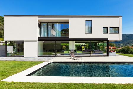 Foto de Modern villa with pool, view from the garden - Imagen libre de derechos