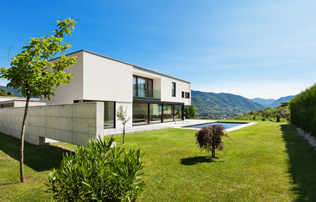 Foto de Modern villa with pool, view from the garden - Imagen libre de derechos