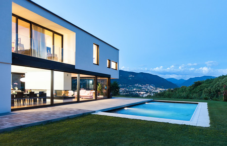 Photo pour Modern villa with pool, night scene - image libre de droit