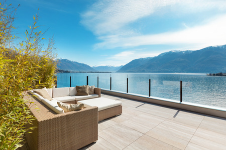 Photo pour modern architecture, beautiful lake view from the terrace of a penthouse - image libre de droit