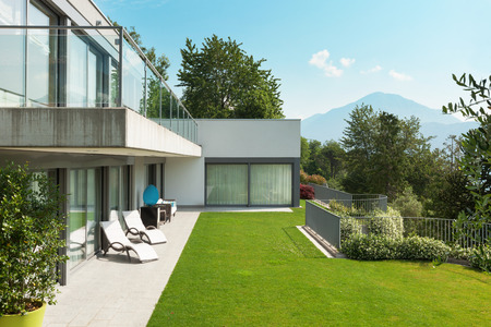 Photo pour Architecture, modern white house with garden, outdoors - image libre de droit