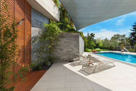 Foto de beautiful house, swimming pool view from the veranda, summer da - Imagen libre de derechos