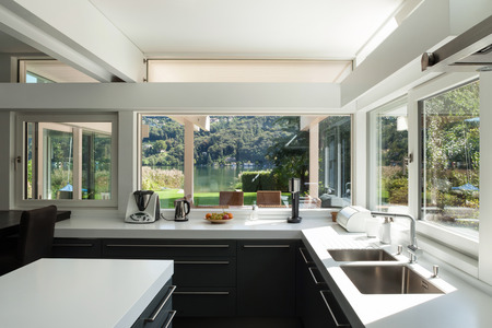 Foto de interior house, view of a modern kitchen - Imagen libre de derechos