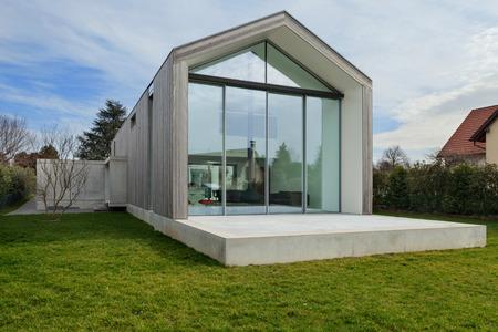 Foto de Exterior of a beautiful modern house, view from lawn - Imagen libre de derechos
