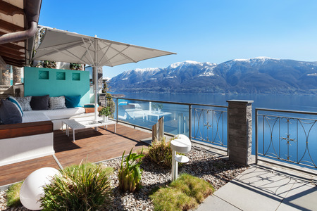 Foto de Terrace lounge with lake view in a luxury house - Imagen libre de derechos