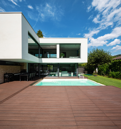 Photo pour Exterior modern white villa with pool and garden, nobody inside - image libre de droit