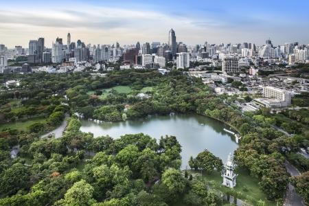 Photo pour Modern city in a green environment, Suan Lum, Bangkok, Thailand  Suan Lum  Lumpini Park  is green space in Bangkok, Thailand  - image libre de droit