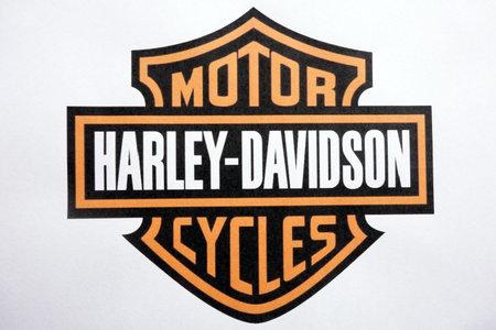 Foto de KONSKIE, POLAND - MAY 06, 2018: Harley Davidson motorcycles logo on a paper sheet - Imagen libre de derechos