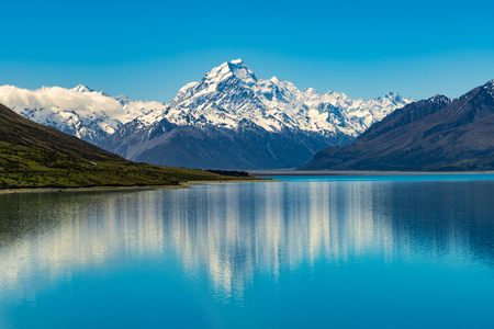 Foto de Mount Cook landscape reflection on Lake Pukaki, the highest mountain in New Zealand and popular travel destination. The mountain is in Aoraki Mount Cook National Park in South Island of New Zealand. - Imagen libre de derechos