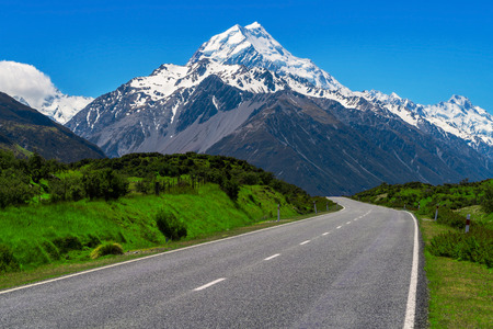 Photo pour Road to Mt Cook and mountain landscape. Concept of road trip travel in New Zealand. Empty highway or freeway leading to Mount Cook, the highest mountain in New Zealand. - image libre de droit