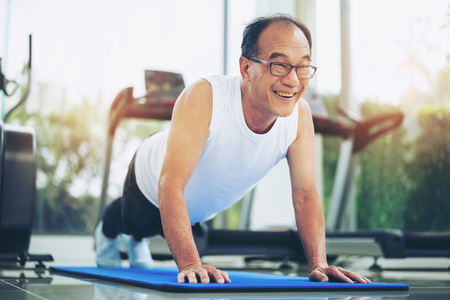 Foto per Senior man push up in fitness gym. Mature healthy lifestyle. - Immagine Royalty Free