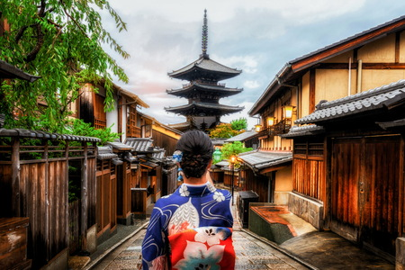 Foto de Kyoto, Japan Culture Travel - Asian traveler wearing traditional Japanese kimono walking in Higashiyama district in the old town of Kyoto, Japan. - Imagen libre de derechos