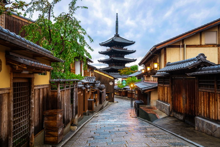 Foto de Beautiful morning at Yasaka Pagoda and Sannen Zaka Street in summer, Kyoto, Japan. Yasaka Pagoda is the famous landmark and travel attraction of Kyoto. - Imagen libre de derechos