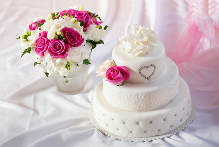 Photo pour Traditional wedding cake and bridal bouquet - image libre de droit