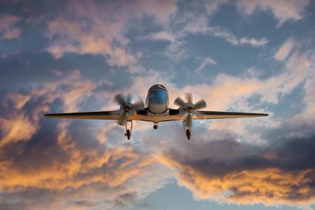 Foto de Propeller plane at dusk - Imagen libre de derechos