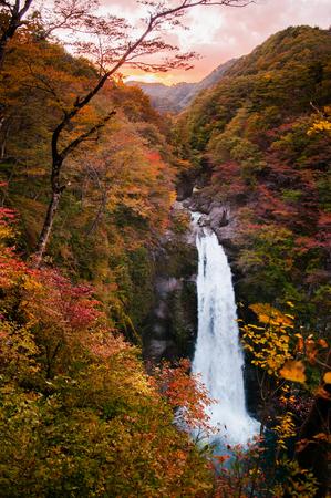 Photo pour Famous Akiu Waterfall in Akiu Osen, Sendai, Japan during autumn. - image libre de droit
