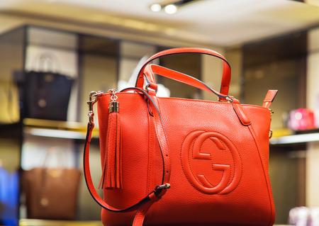 Photo pour Italy, Venice - March 20, 2015: Handbags in a Gucci store in old block of venice center - image libre de droit