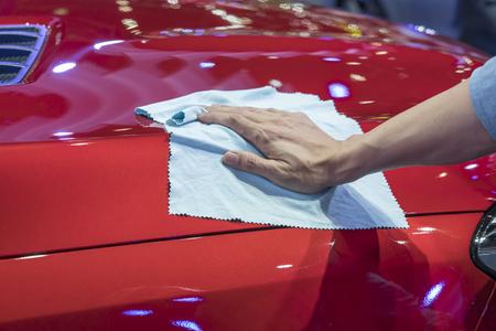 Photo pour Hand with microfiber cloth cleaning car. - image libre de droit