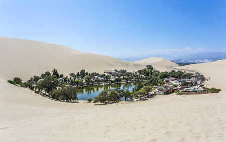 Photo pour Oasis Huacachina in Peru - image libre de droit