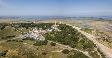 Photo pour Aerial view of Baleines lighthouse at low tide - image libre de droit