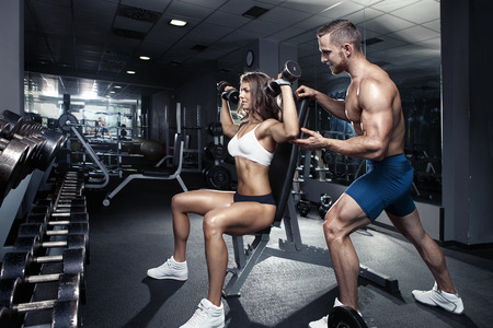 Photo pour beautiful young sporty sexy couple workout in gym - image libre de droit