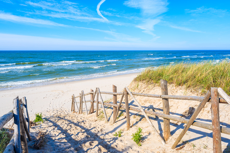Foto de Path to beach in Bialogora village, Baltic Sea, Poland - Imagen libre de derechos