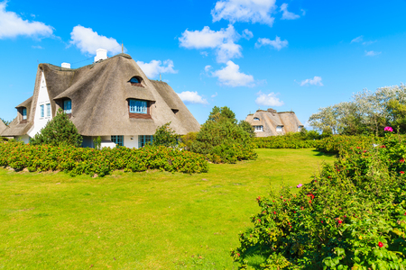 Photo pour Typical Frisian houses with straw roof in Keitum village on Sylt island, Germany - image libre de droit