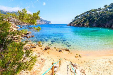 Photo pour Steps to idyllic beach Aiguablava of near Fornells village, Costa Brava, Spain - image libre de droit