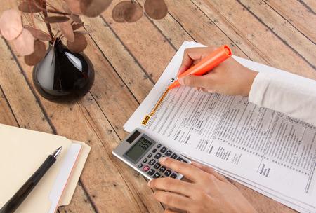 Photo pour women filing taxes before deadline - image libre de droit
