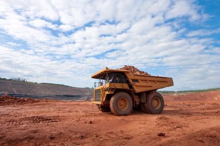 Photo pour big yellow mining truck at work site - image libre de droit
