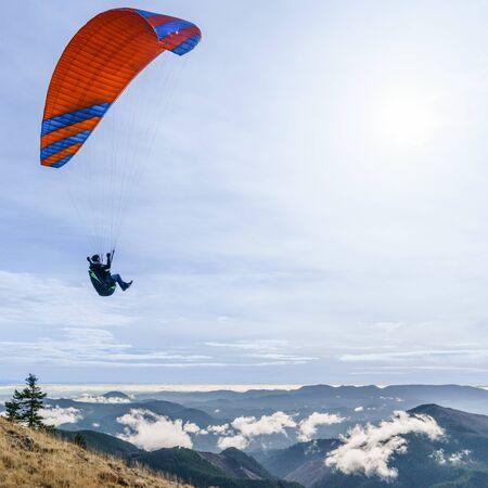 Foto de Paraglider above the clouds along the Oregon Coast Range. - Imagen libre de derechos