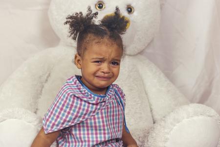 Photo pour Little girl crying - image libre de droit