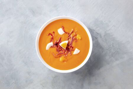 Photo pour Salmorejo, Spanish cold tomato soup, shot from the top with a place for text - image libre de droit