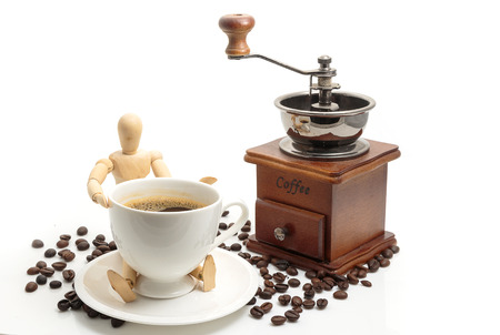 Foto de Vintage wooden coffee grinder coffee bean and coffee cup on white backgroun - Imagen libre de derechos
