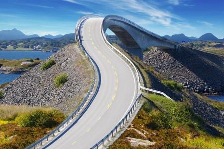 Photo pour Picturesque Norway nature landscape with bridge. Atlanterhavsvegen - image libre de droit