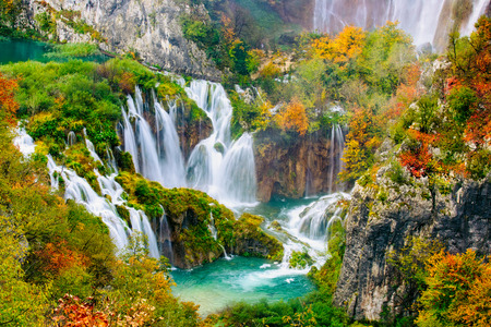 Photo pour Detailed view of the beautiful waterfalls in the sunshine in Plitvice National Park, Croatia - image libre de droit